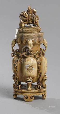 VASE COUVERT en ivoire à décor de moine doïste montant un Qi