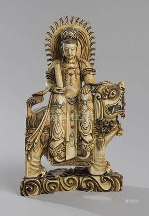 STATUETTE EN IVOIRE représentant une Guanyin assise sur un t