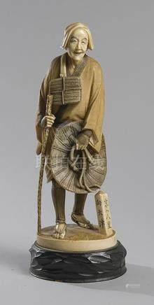 STATUETTE EN IVOIRE représentant un paysan avec son chapeau