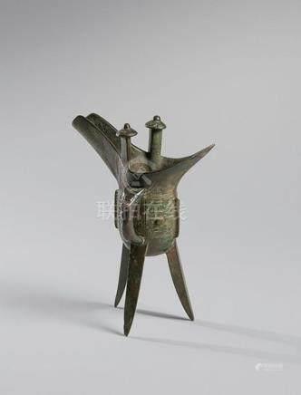 COUPE «JUE» tripode en bronze à décor incisé et sculpté de m