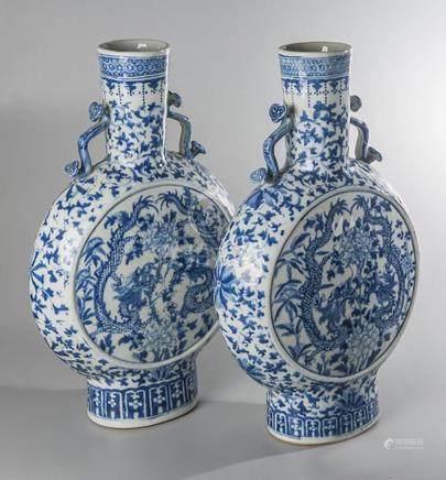 ENSEMBLE DE DEUX GOURDES de pèlerin bianhu en porcelaine ble