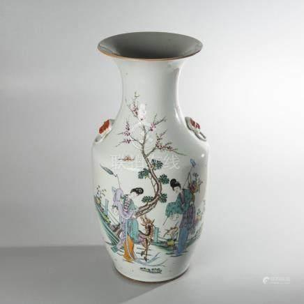 VASE BALUSTRE en porcelaine à décor en émaux polychromes de