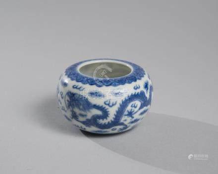RINCE-PINCEAU en porcelaine bleu blanc à décor de dragons, p