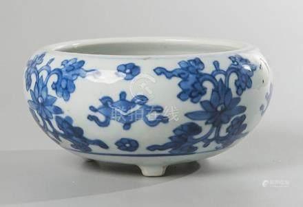 BRÛLE-PARFUM en porcelaine bleu blanc à décor de lotus.