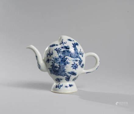 THÉIÈRE dite «daoliuhu» en porcelaine bleu blanc à décor de