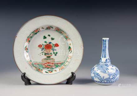 LATE EIGHTEENTH/ EARLY NINETEENTH CENTURY CHINESE FAMILLE VERTE PORCELAIN PLATE, painted to the