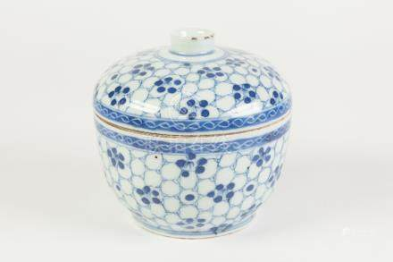 A CHINESE CHING DYNASTY PORCELAIN PORCELAIN U-SHAPE RICE BOWL, with shallow domed cover, painted