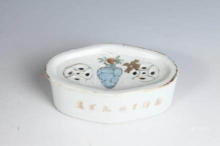 CHINESE SMALL PORCELAIN JEWLRY BOX, 19th Century, seal mark.