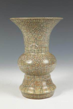 CHINESE GE-TYPE VASE. - H: 7 7/8 in.