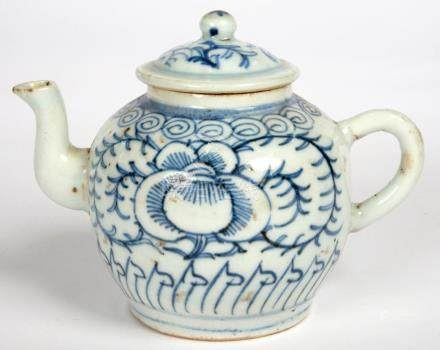 A CHINESE BLUE AND WHITE TEAPOT AND COVER, 12CM H, 19TH C