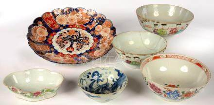 THREE CHINESE EXPORT PORCELAIN FAMILLE ROSE BOWLS AND A DRAGON PATTERN BLUE AND WHITE BOWL,