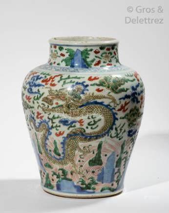 Chine, période Kangxi, XVII-XVIIIe siècle Vase balustre en porcelaine et émaux