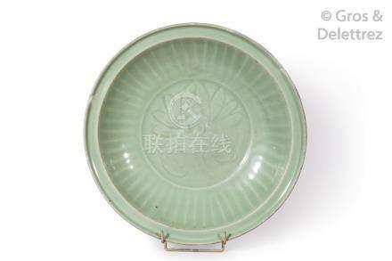 Plat en grès émaillé céladon, à parois légèrement relevées et bords plats, la b