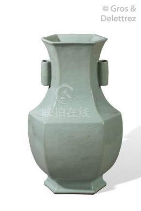 Chine, marque et période Yongzheng (1722-1735) Important vase Hu à pans coupés,