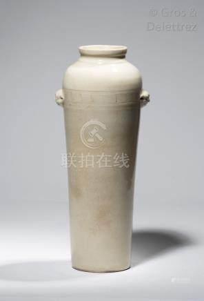 Chine, XVIIIe siècle Vase cylindrique surmonté d'un petit col orné de deux tête