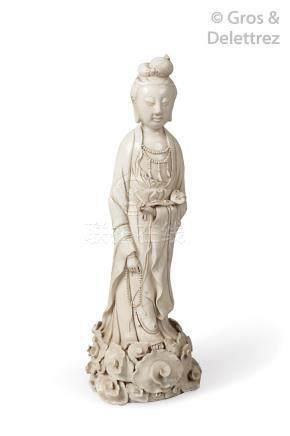 Statuette de guanyin debout, en porcelaine émaillée blanc de Chine, tenant dans