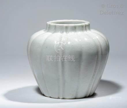 Chine, XIXe siècle Vase reprenant la forme d'un bouton de lotus fermé, en porce