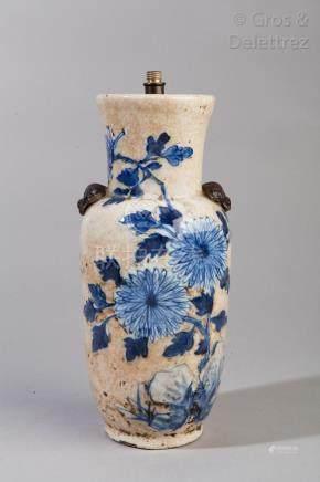 Chine, fin XIXe siècle Vase balustre en porcelaine de Nankin, à décor floral en