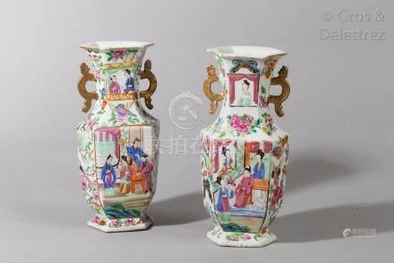Chine, fin XIXe siècle Paire de vases hexagonaux en porcelaine de Canton et éma
