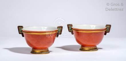Chine, XIXe siècle Paire de coupes en porcelaine et émail corail, la monture en