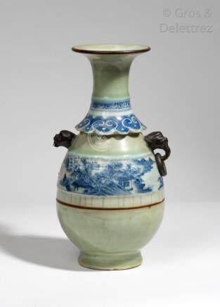 Chine, XIXe siècle Vase piriforme en porcelaine et émail céladon, orné de deux