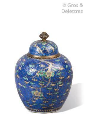 Chine, XIXème  Pot à gingembre en porcelaine, à décor de prunus en fleurs sur f