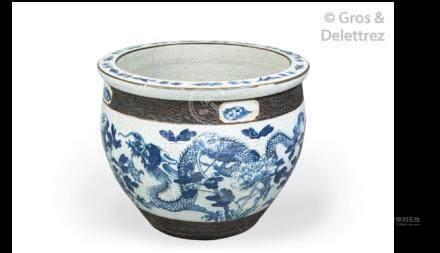Jardinière en porcelaine craquelée à décor bleu blanc de dragons évoluant au mi