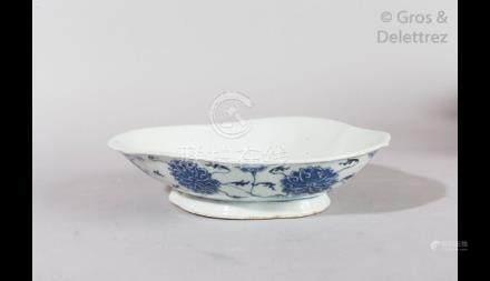 Chine, début XXe siècle Lot comprenant un bassin et un plat en porcelaine bleu