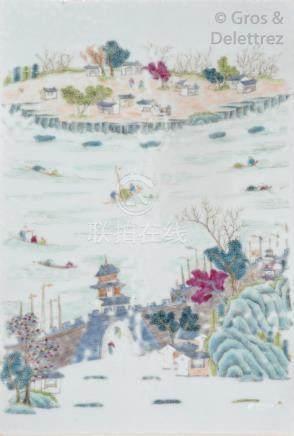 Chine, XXe siècle Deux plaques en porcelaine et émaux de la famille rose forman
