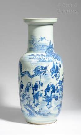 Chine, vers 1920 Vase balustre en porcelaine et émail céladon, à décor en bleu