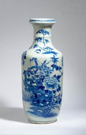 Chine, vers 1920 Vase rouleau en porcelaine bleu blanc, à décor d'oiseaux perch