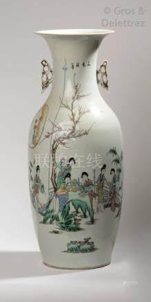 Chine, vers 1920 Vase de forme balustre en porcelaine et émaux de style famille