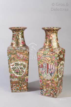 Chine, début XXe siècle Paire de vases quadrangulaires en porcelaine de Canton,