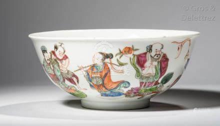 Chine Coupe en porcelaine et émaux de la famille rose, à décor des baxian, l'in