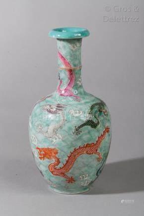 Chine Vase balustre en porcelaine et émaux de la famille rose sur fond turquois