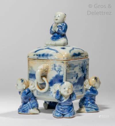 Chine, XXe siècle Brûle-parfum quadrangulaire couvert en porcelaine bleu blanc,