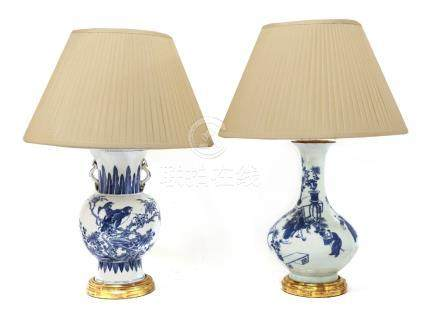 Two Chinese blue and white vase/table lamps,20th century, each mounted on a turned giltwood case and