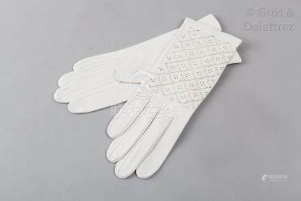 HERMES Paris 24 Fbg St Honoré *Paire de gants en chevreau blanc, poignets perfo