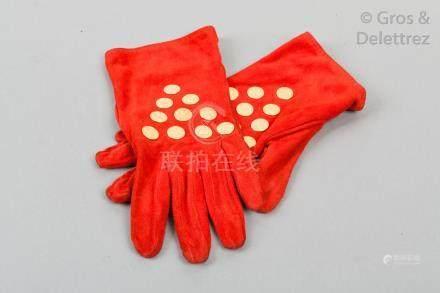 HERMES Paris made in France *Paire de gants en agneau velours rouge agrémenté d