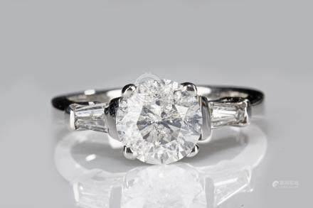A 18K WHITE GOLD DIAMOND RING