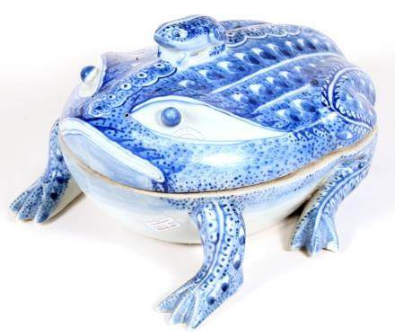 A Chinese Export blue & white tureen in the shape of a frog with baby frog finial, 27cms (10.5ins)