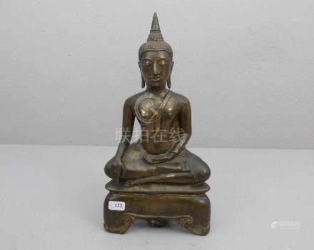 BUDDHA, Bronze, dunkelbraun patiniert und mit Resten einer Vergoldung. Siam, 15./16. Jh., mit Holz