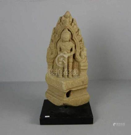 """RELIEF: """"Tempelwächter"""", Sandstein, Tempelfragment, Südostasien, wohl Thailand, 13./14. Jh.,"""