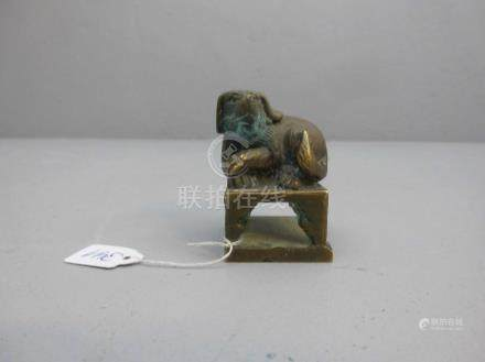 """FIGÜRLICHES PETSCHAFT """"Hund"""", China, Bronze, hellbraun patiniert mit grünen Akzentuierungen. Auf"""