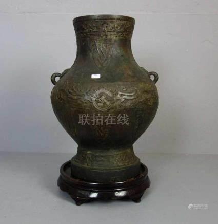 KORO / VASE , China, ungemarkt, Bronze, dunkelbraun patiniert. Vase in gebauchter Form mit leicht