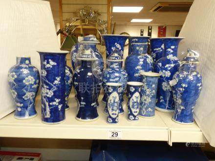 SEVENTEEN 19TH/20TH CENTURY BLUE AND WHITE CHINESE VASES, TALLEST 25CM'S (AF)