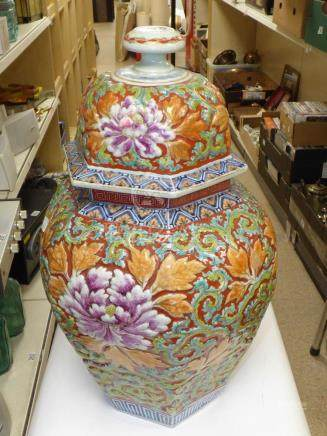 AN EARLY 20TH CENTURY CHINESE HEXAGONAL LIDDED VASE WITH BLUE, GREEN AND RUST COLORED EMBOSSED