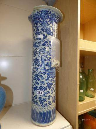 AN EARLY 20TH CENTURY BLUE AND WHITE CHINESE SLEEVE VASE, 62CM HIGH