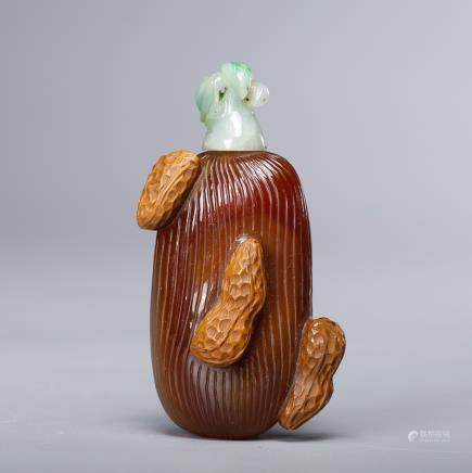 CHINESE AGATE WITH PEANUT MOTIF SNUFF BOTTLE