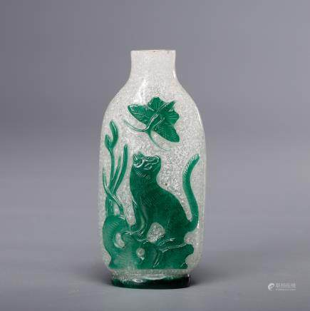 CHINESE GREEN AND WHITE GLASS SNUFF BOTTLE
